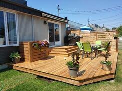 Un patio en bois dans une cours arrière