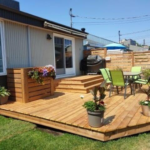 Patio en bois pour l'été construit dans une cours extérieur
