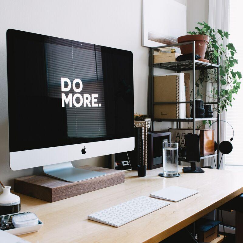 Un iMac est déposé sur un bureau avec un clavier et une souris.