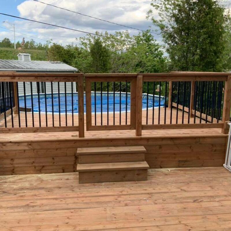 Deck et clôture de piscine en bois