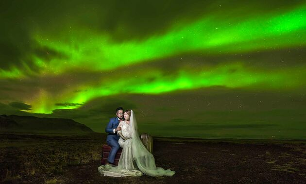 wedding couple with the aurora as background