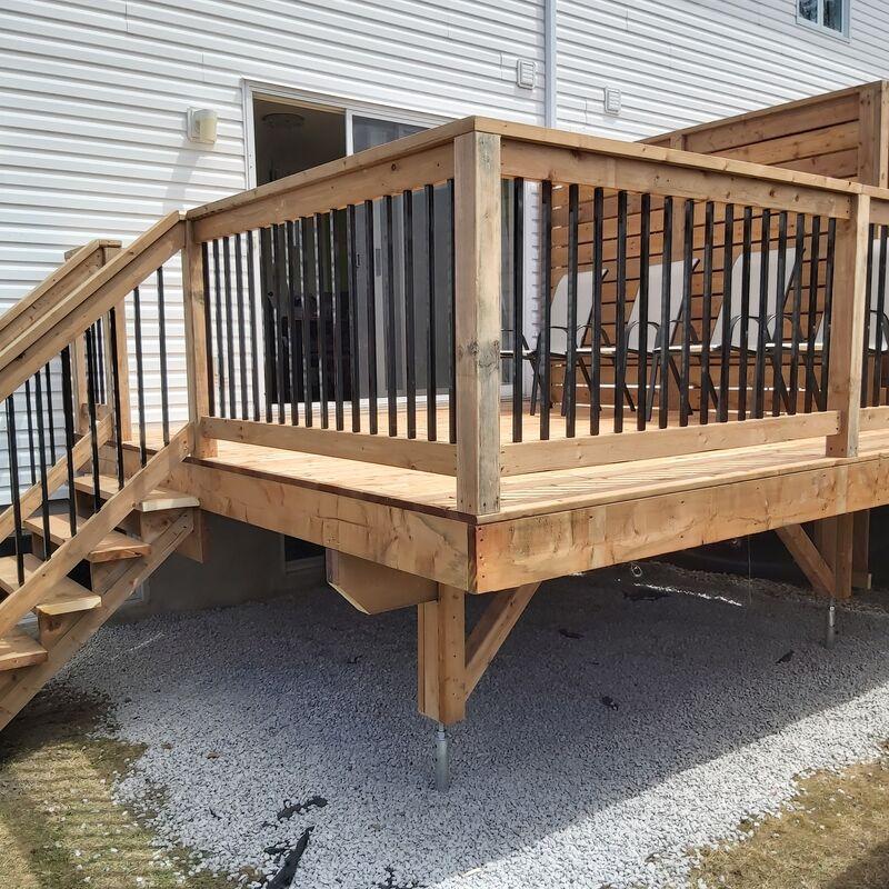 Patio en bois et escaliers